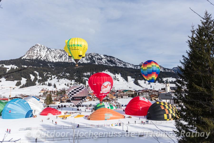 Aufbau der Ballone vor malerischer Kulisse