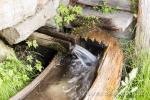 Quellwasser aus dem natürlichen Hahn.