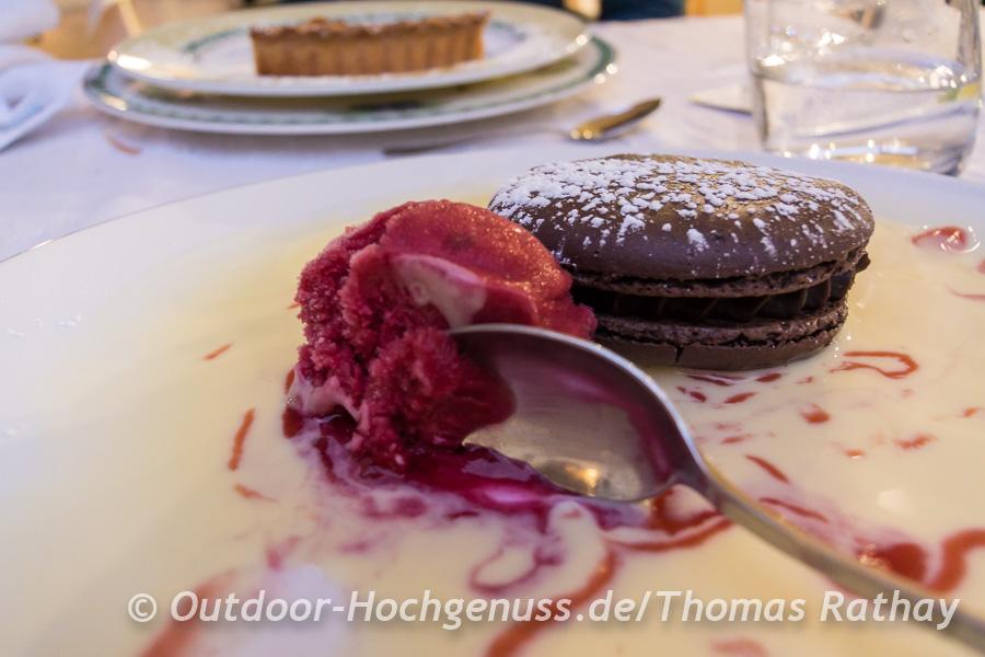 Schokoladen-Macaron mit Himbeereis