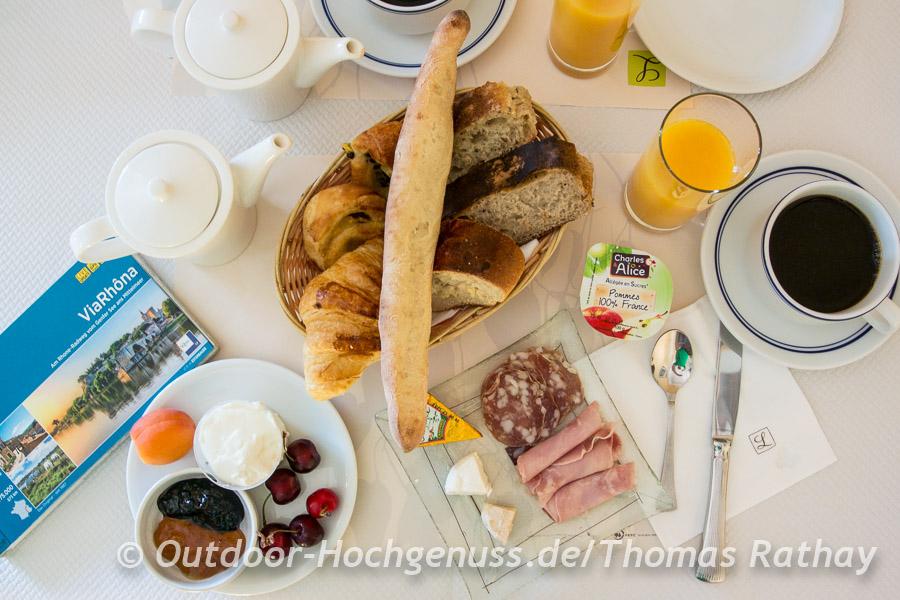 Vielfältiges Frühstück zum Start in einen sonnigen Radeltag