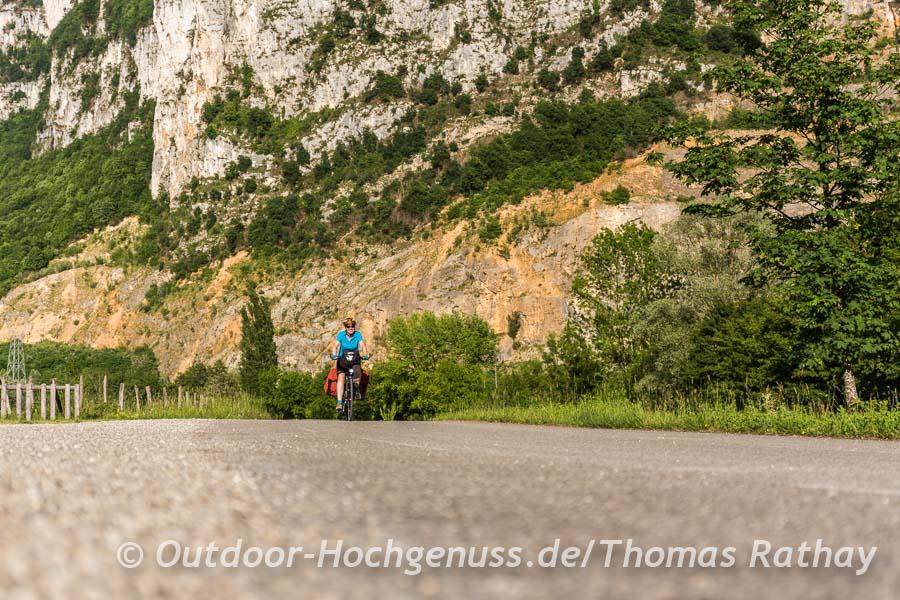 Die gigantischen Kalksteinfelsen sind auf den ersten 150 km häufiger Begleiter entlang der ViaRhôna