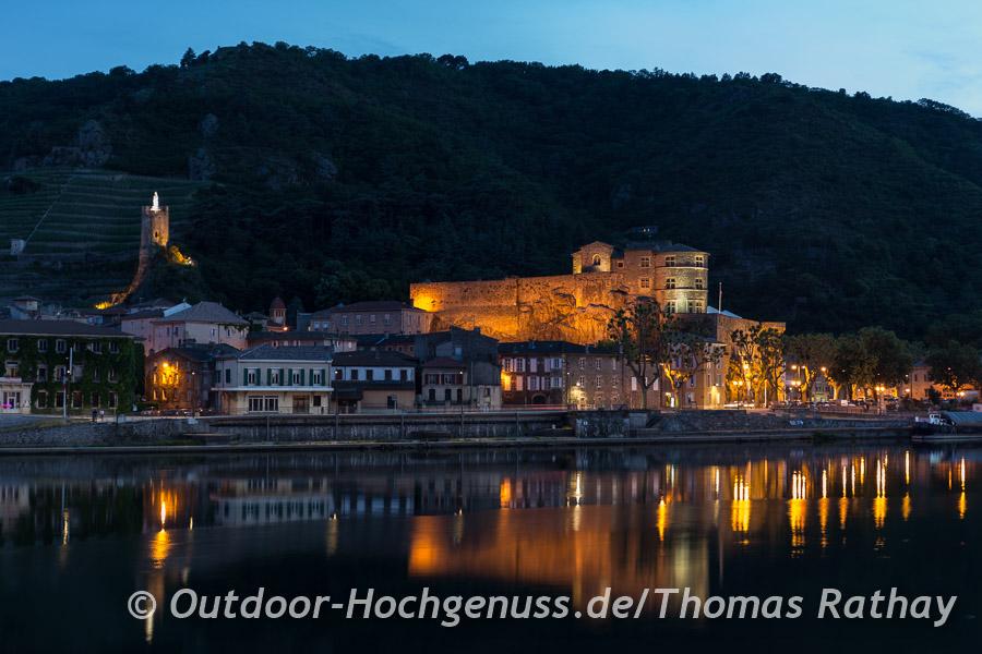 Am Abend kommen in Tournon-sur-Rhone das Château und der Tour de l´Hospital besonders gut zur Geltung