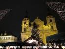 Eine der beiden Kirchen auf dem Marktplatz festlich illuminiert.