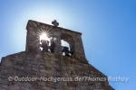 Auch am Tage beeindruckend - Glockenturm der Kirche
