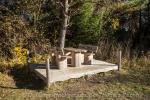 So macht Picknick Spaß: zahlreiche stylische Bänke und Tische entlang der Wanderstrecke