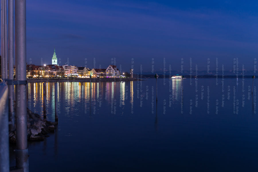Beleuchtete Stadt am Bodensee zur Adventszeit