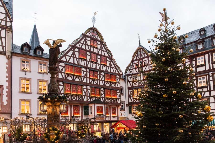 Historischer Marktplatz mit Adventskalender
