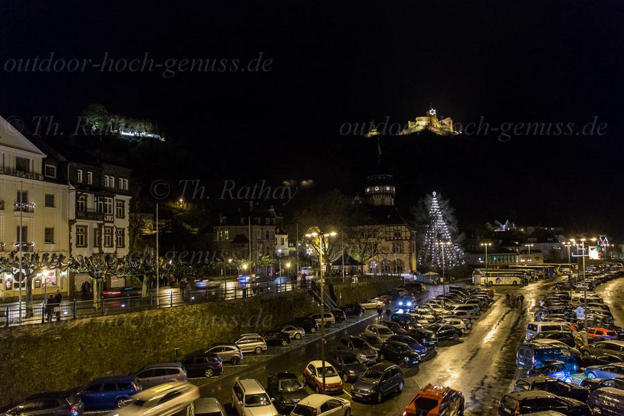Blick von der Moselbrücke auf das weihnachtliche Bernkastel