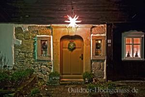 Die friedliche Abendstimmung in Waltersdorf wird durch die weihnachtliche Beleuchtung noch verstärkt.