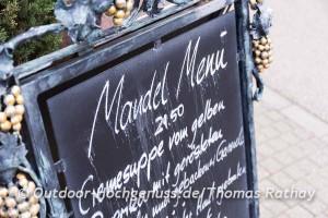 Auch die Speisekarten sind auf die Mandelwochen abgestimmt.