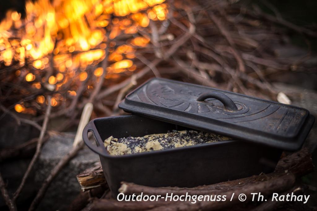 Veganer, glutenfreier Mohnstollen auf dem Lagerfeuer gebacken
