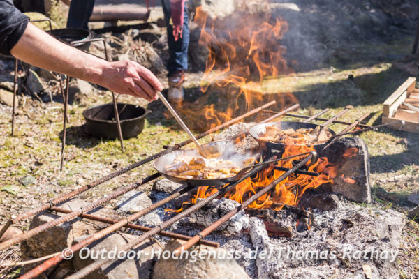 Flambierter Kaiserschmarrn auf dem Lagerfeuer