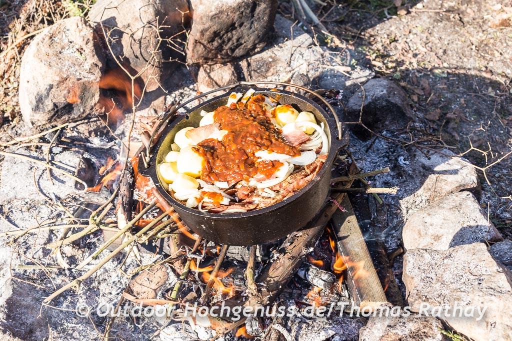 Schichtfleisch im gusseisernen Feuertopf