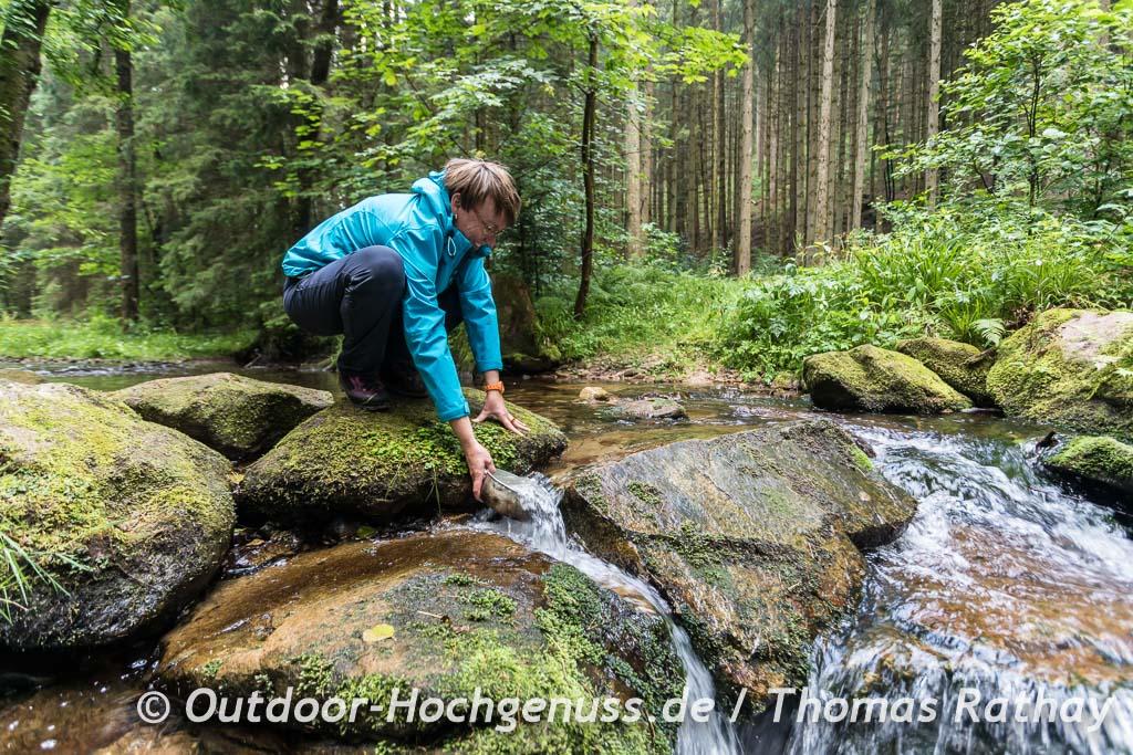Wasser schöpfen am Bach am Trekking-Camp