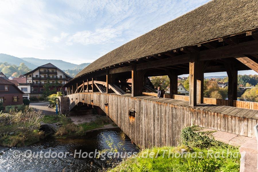 Die Holzbrücke über die Murg in Forbach.