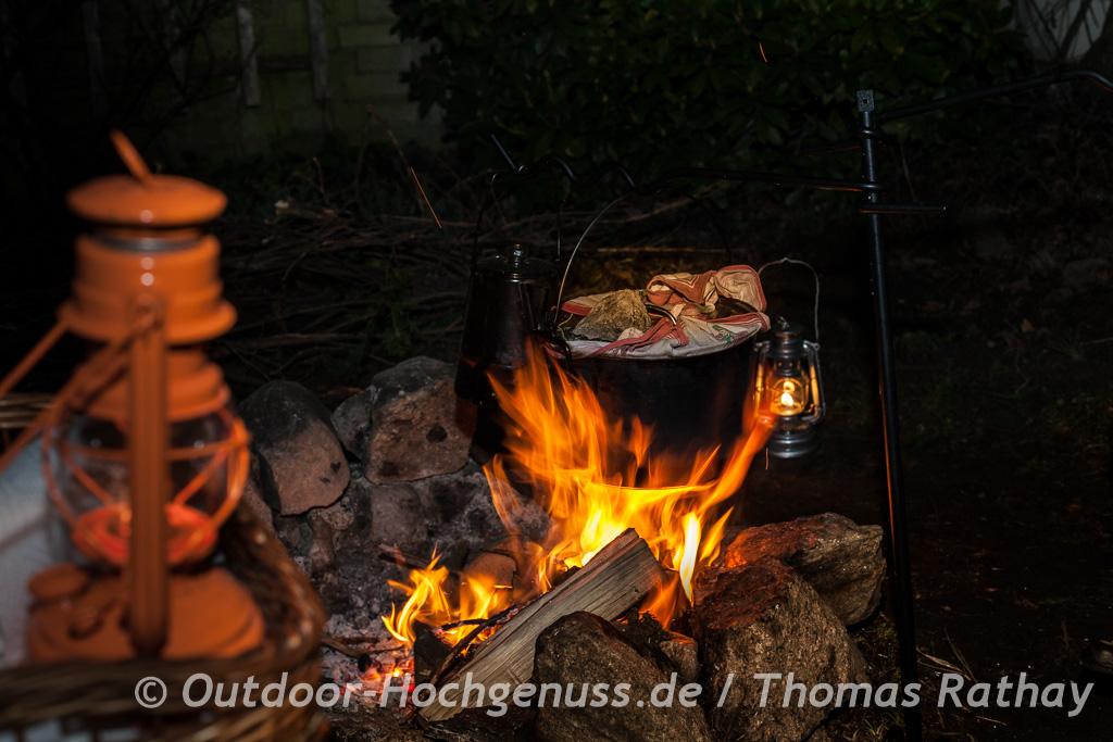Aus der Lagerfeuerküche: Riesen-Germknödel mit Apfelmusfüllung