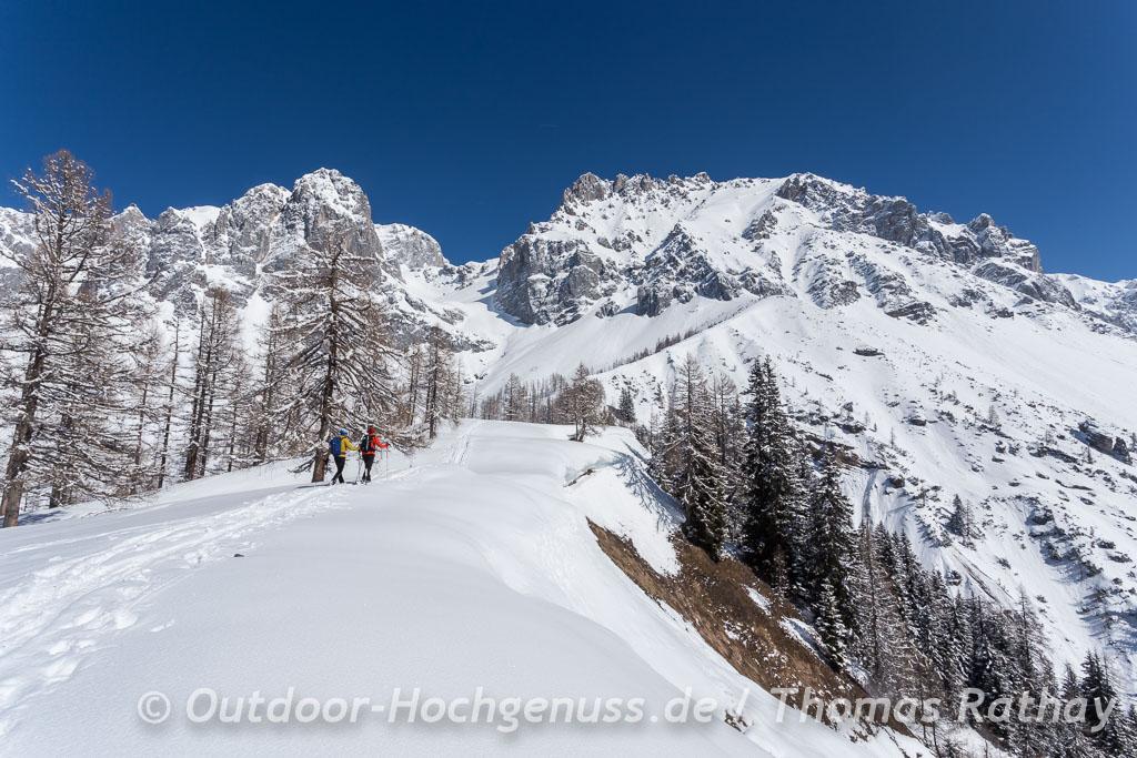 Einsame Schneeschuhgänger am Rande des Dachsteins.