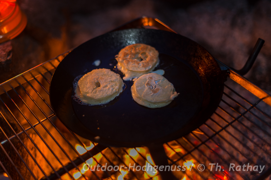 Apfelküchle im Bierteig auf dem Lagerfeuer gebacken