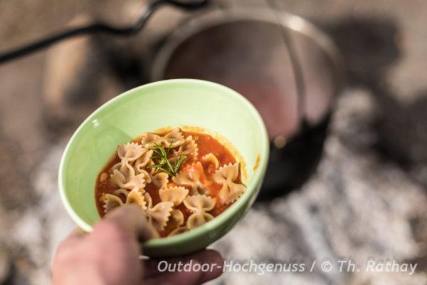 Kichererbsensuppe mit Nudeln am Lagerfeuer zubereitet - Zuppa di Ceci