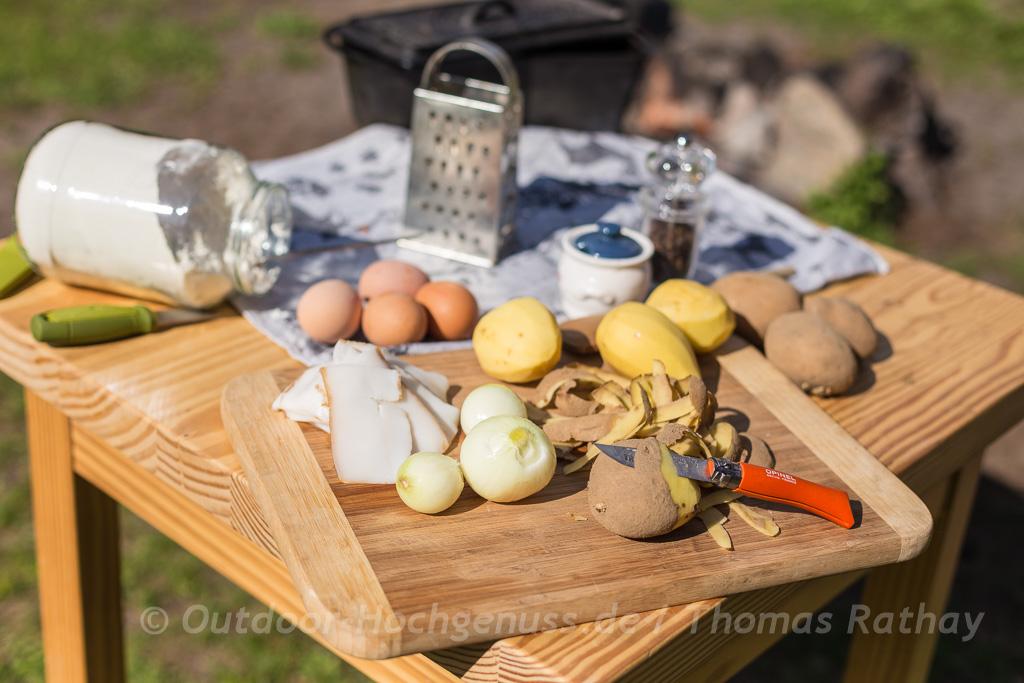 Kartoffelrösti mit Speck in der gusseisernen Backform zubereitet