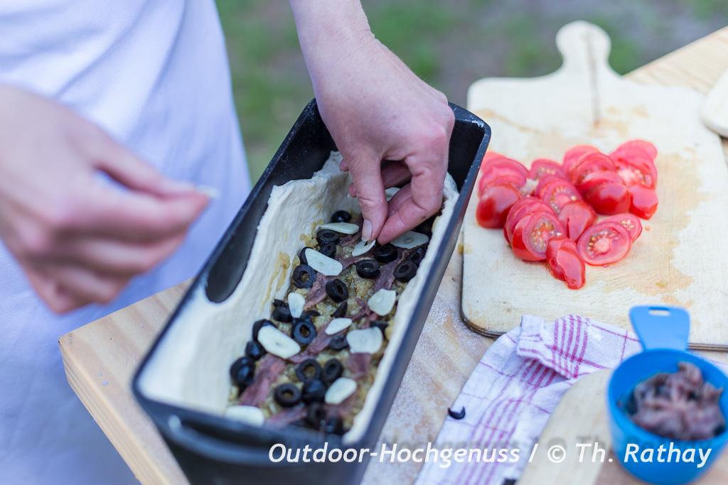 Pissaladiera - Zwiebelkuchen mit Anchovis aus der Provence auf dem Lagerfeuer zubereitet
