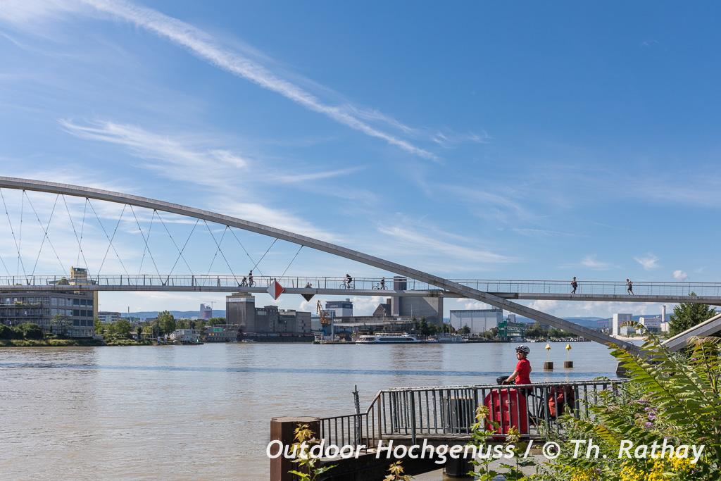 Die Dreiländerbrücke über den Rhein verbindet Weil am Rhein und Huningue miteinander. (Badischer Weinradweg)
