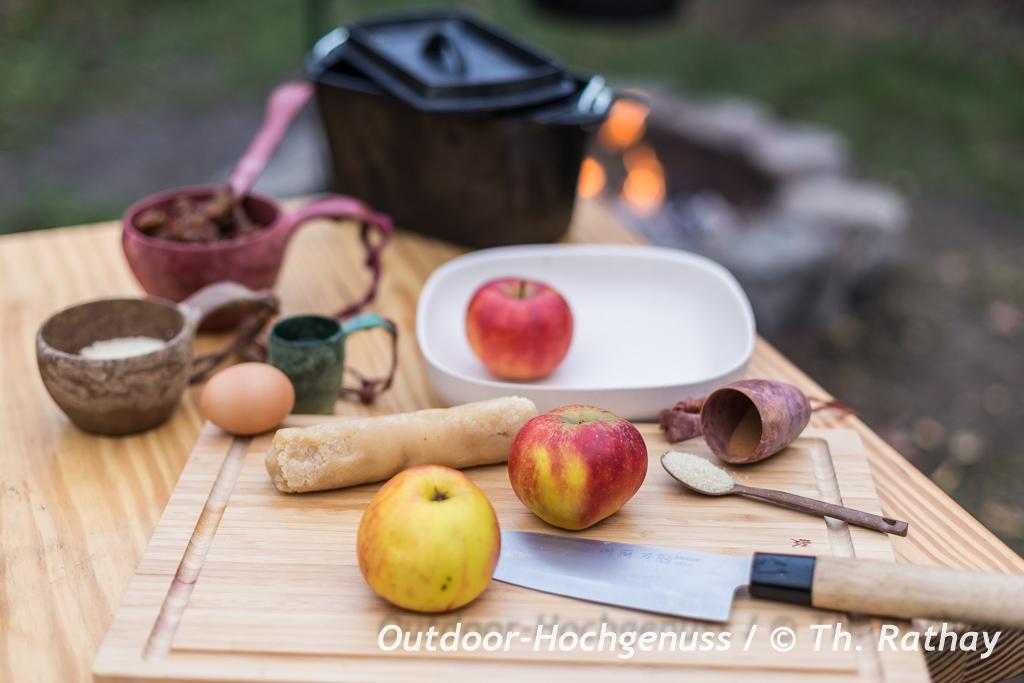 Flambierter Bratapfel auf dem Lagerfeuer zubereitet