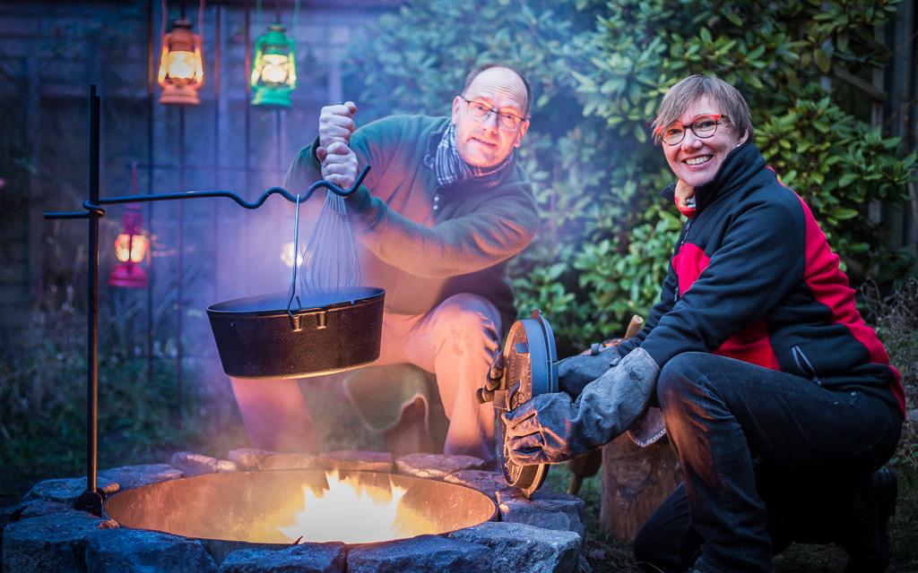 Silke und Thomas kochen und backen am Lagerfeuer