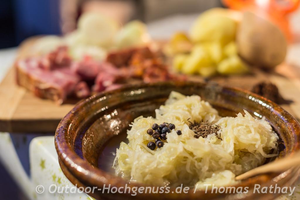 Sauerkrautsuppe mit Kassler und frischem Brot