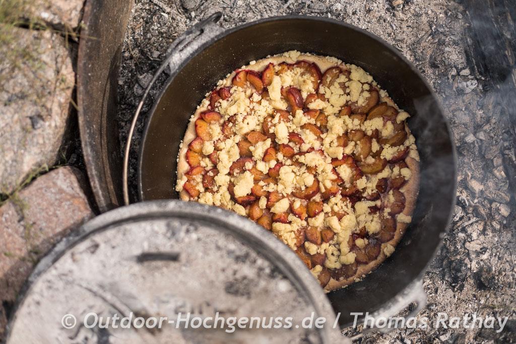 Saftiger Pflaumenkuchen auf Hefemürbeteig mit Streuseln im Dutch Oven gebacken