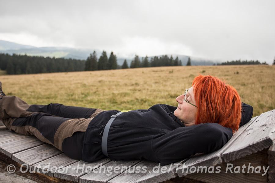 Cornelia Karcher genießt das Panorama auf dem Westweg