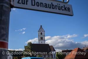 Kirche mit Storchennest.