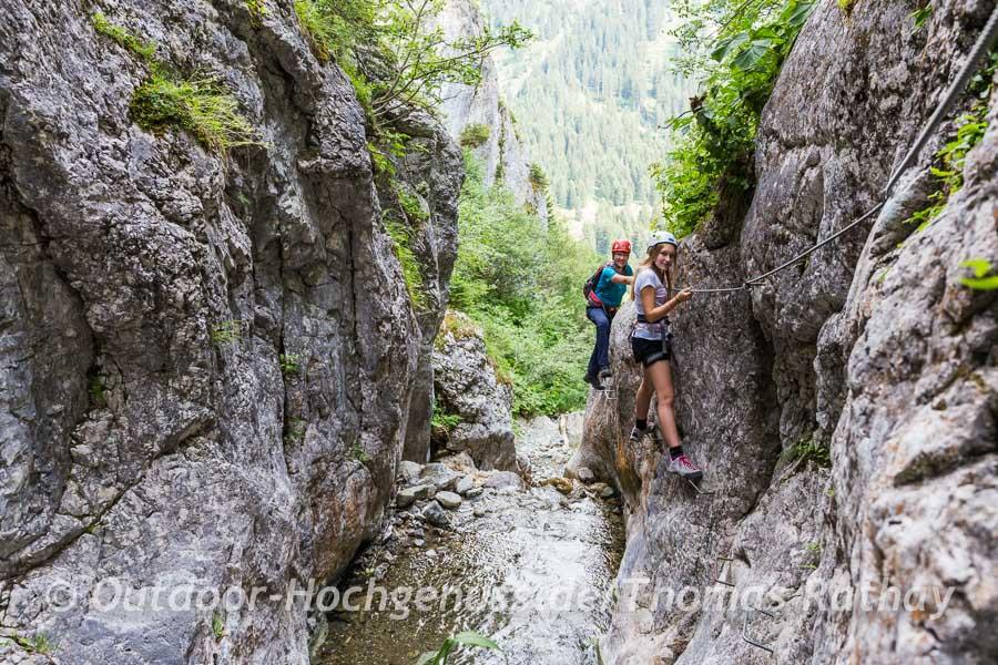 Eng an die Felsen geschmiegt führt der Klettersteig durch die Röbischlucht.