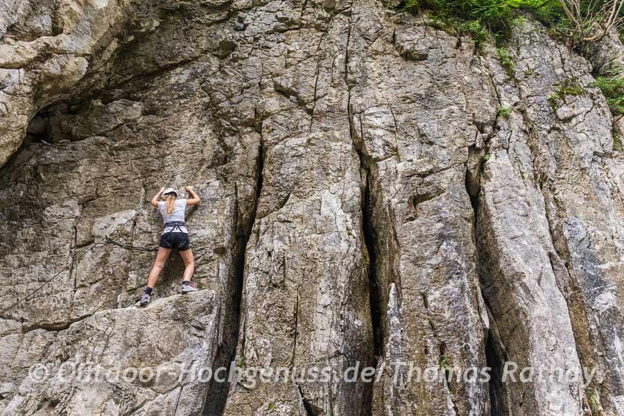 Eng entlang an den dicken Felsbäuchen führt der Klettersteig.