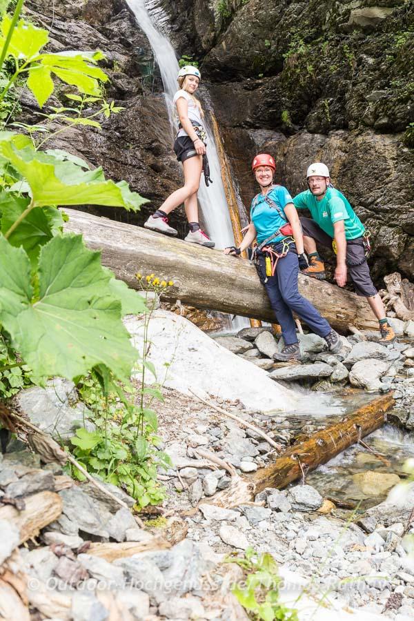 Unterhalb des Wasserfalls genießt man einen entspannten Blick durch die Felsspalten