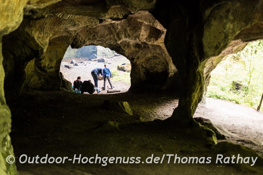 Beindruckendes Wandern zwischenden Felsformationen auf dem Mullerthal Trail