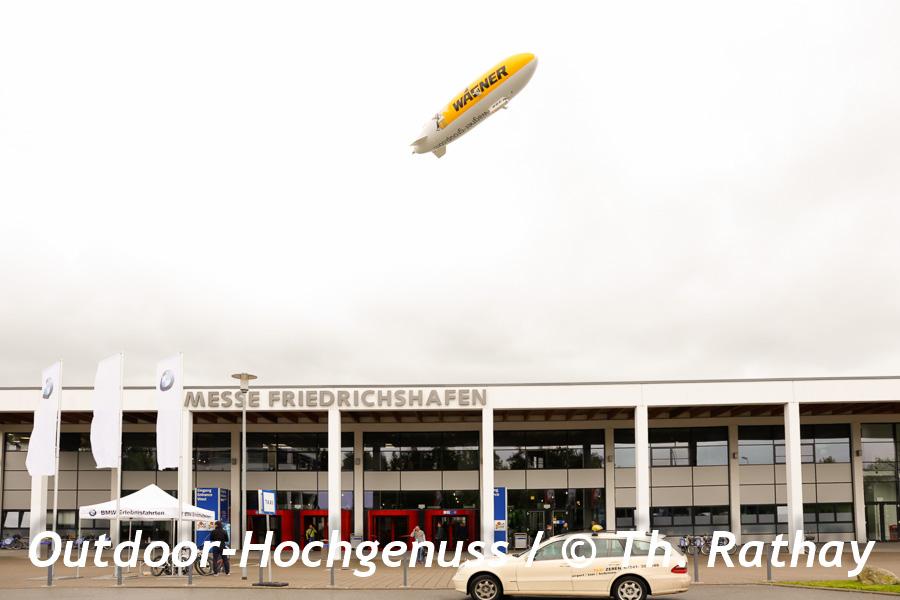 Der Zeppelin über den Messehallen