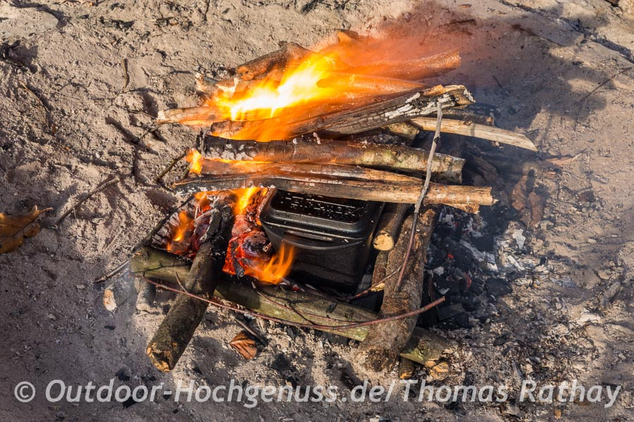 Brot backen auf dem offenen Feuer