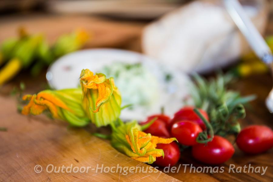 Gefüllte Zucchiniblüten mit Tomatenkompott