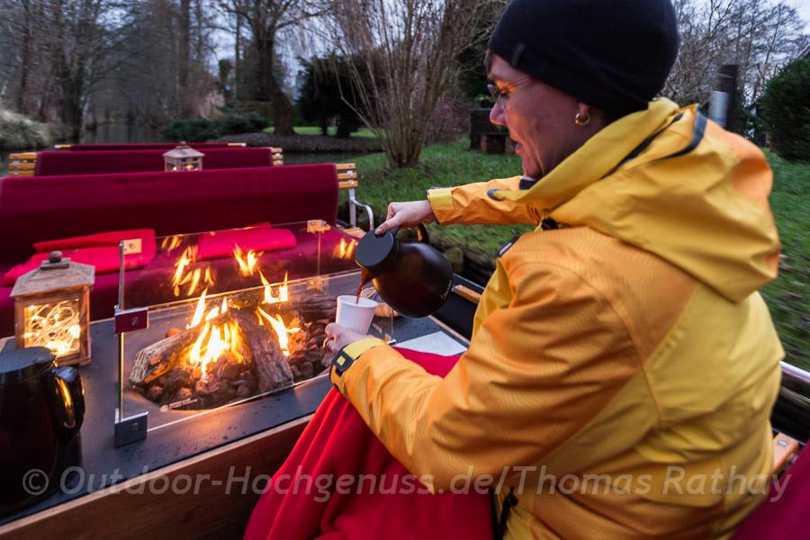 Decken und Glühwein sorgen neben dem Kaminfeuer für wohlige Wärme.